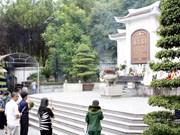 越南祖国阵线中央委员会主席阮善仁在河静省同禄三岔路口遗迹区敬香