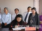 越南国会副主席丛氏放上香缅怀阮友寿律师
