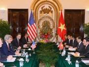 越南政府副总理兼外交部长范平明与美国国务卿约翰•克里举行会谈