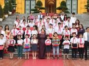 越南国家副主席阮氏缘接见奠边省各民族模范儿童代表团