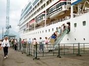 """美国皇家加勒比邮轮""""海洋航行者号""""抵达顺化真云港"""