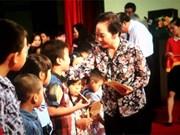 越南国家副主席阮氏缘向河南省优秀师生颁发助学金