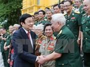 越南国家主席张晋创与越南人民军英雄师团老战士会面