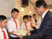 韩国企业向越南贫困生赠送助学金
