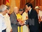 张晋创主席同河内市被敌人逮捕和监禁的革命战士会面