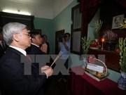 阮富仲总书记向胡志明主席敬香 参观2015年经济社会成就展