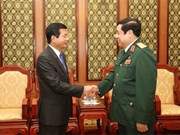 越南国防部部长冯光青大将会见老挝驻越大使