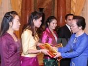 越南国家副主席阮氏缘会见老挝优秀留学生代表团