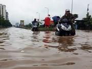越南首都河内连夜强降雨积水严重马路被淹交通受阻
