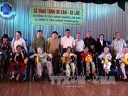 越南坚江省贫困病人保护协会向残疾人赠送100辆轮椅