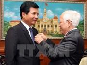 老挝驻越南大使荣获胡志明市纪念章