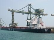 越南河静省山阳深水港迎接第一艘10万DWT散货船进港