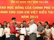 旅居老挝越南同胞子女荣获越南政府的奖学金