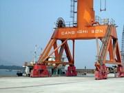 宜山深水港首次靠泊载重吨5.5万吨级货轮