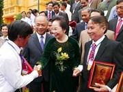 越南国家副主席阮氏缘会见模范农民代表团