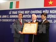 黄忠海副总理授予爱尔兰能源专家友谊勋章