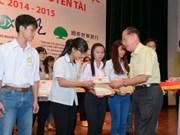 胡志明市向744名优秀贫困大学生颁发助学金