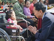 日本前首相向越南兴安等省市残疾儿童和橙毒剂受害者赠送50辆轮椅