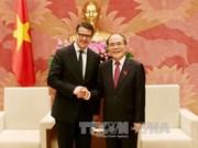 越南国会主席阮生雄会见德国黑森州科学艺术部长波利斯·莱恩