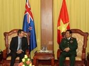 越南国防部长冯光青会见新西兰国防部副秘书长托尼·林奇