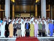 越南国会副主席阮氏金银接见茶荣省革命有功者代表团