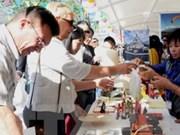 越南手工艺品在巴扎慈善展会上给观众留下深刻印象