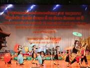 越南艺术代表团举行文艺演出庆祝老挝国庆40周年