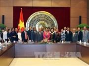越南国会副主席阮氏金银会见西宁省历届国会代表团