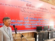 越南国家副主席阮氏缘向老挝老挝残疾妇女发展中心和国家大学赠送礼物