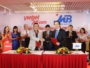 越捷航空公司与越南军队商业股份银行签署合作协议