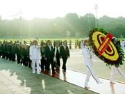 出席越南第9次全国爱国竞赛大会的代表入陵瞻仰胡志明主席遗容