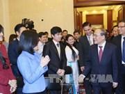 国会主席阮生雄会见越南驻华大使馆工作人员、留学生和旅华越侨