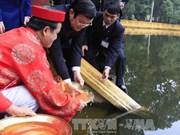 张晋创主席与旅外侨胞来到升龙皇城历史遗迹区敬天殿敬香