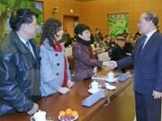 越南国会主席阮生雄会见历届国会代表