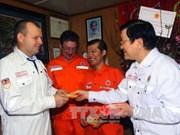 越南国家主席张晋创向越俄油气联营公司工作人员拜年