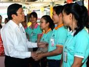 越南国家主席张晋创向巴地头顿省工人拜年