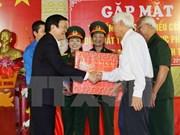 越南国家主席张晋创会见北部地区被敌人逮捕和监禁的老革命战士