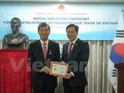 越南工商部授予前东盟—韩国中心秘书长纪念章