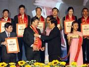 """越南国家主席向500家企业颁发""""越南优质产品""""证书"""