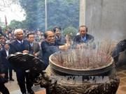 越南国会主席阮生雄向各位雄王敬香