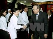 越南祖国阵线中央委员会阮善仁走访慰问医务工作者