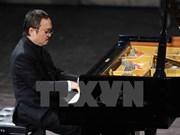 越南人民艺术家邓泰山为观众献上音乐盛宴