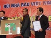 向越南新闻博物馆赠送文物