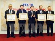 """越通社领导人向越南劳动总联合会领导授予""""致力于通讯社事业纪念章"""""""