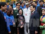 越南国家主席张晋创会见荣获2015年李自重奖的优秀团干部代表