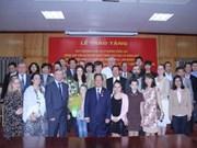 越南友好组织联合会主席荣获俄莫斯科法律经济学院荣誉奖章