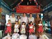 越南祖国阵线中央委员会工作组走访慰问暹粒省越裔柬埔寨人