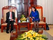 越南国家银行副行长阮氏红会见美联储理事会成员