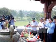 越南政府总理阮春福向广治省英雄烈士敬香