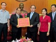 老挝向越南旱区和海水入侵灾区灾民移交善款